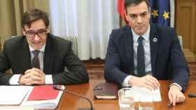 Salvador Illa, ministro de Sanidad, y Pedro Sánchez, presidente del Gobierno.