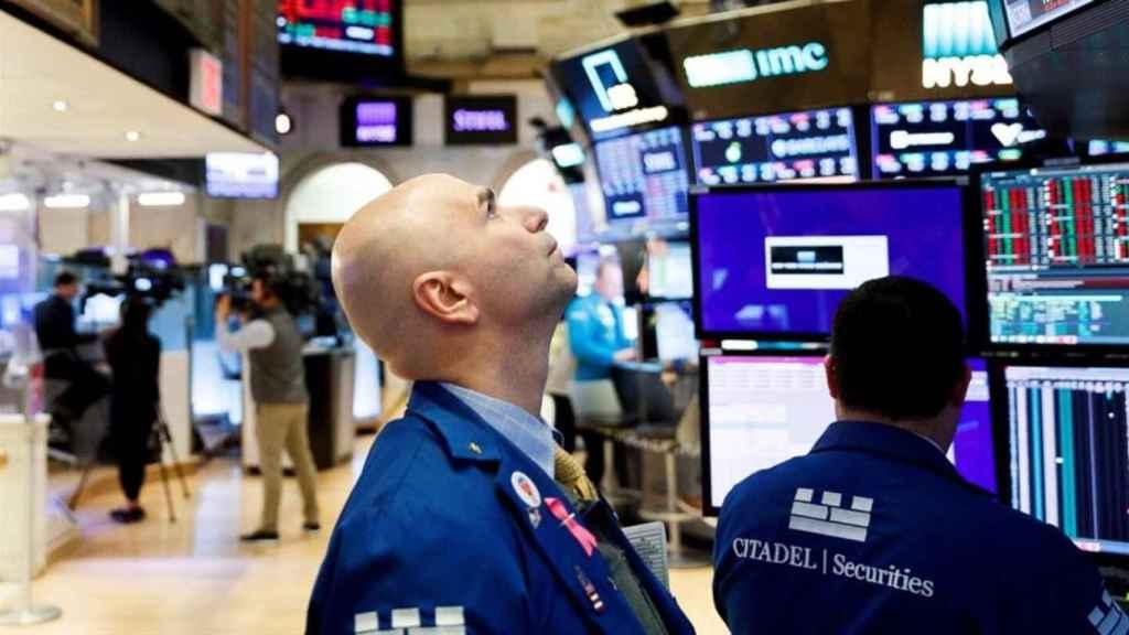 Un bróker observa las pantallas de negociación en la Bolsa de Nueva York.