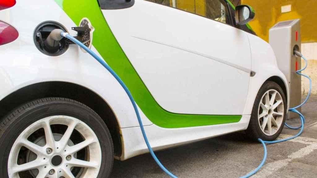 Imagen de archivo de un coche eléctrico cargándose.