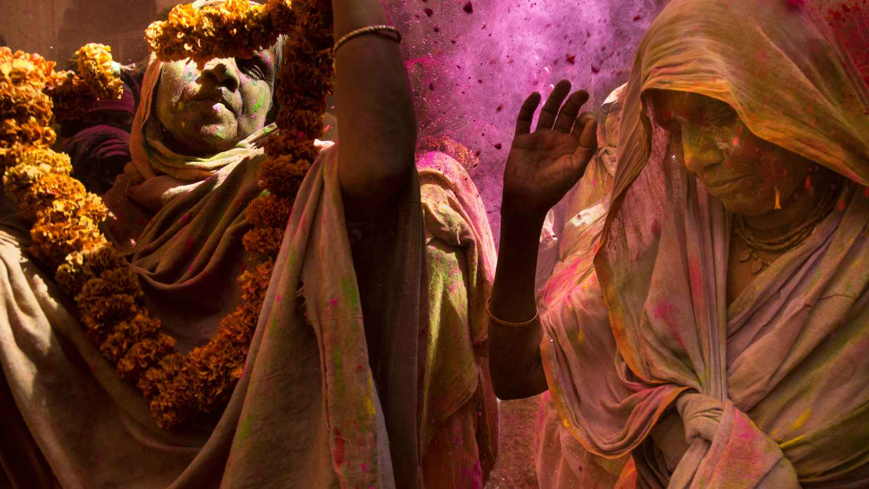 Dos mujeres en la ceremonia de Holi en la India.