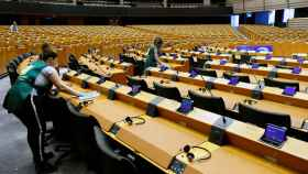 Un grupo de trabajadores desinfectan la sede de la Eurocámara en Bruselas
