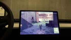 Nier:Automata, un videojuego de ordenador, en un Tesla Model 3