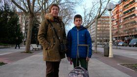 Charo, junto a su nieto P., de nueve años, en la Plaza de la Constitución de Vitoria.