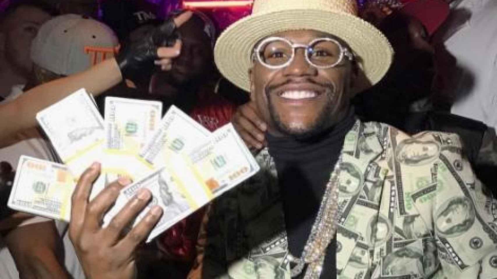 Floyd Mayweather posa con billetes