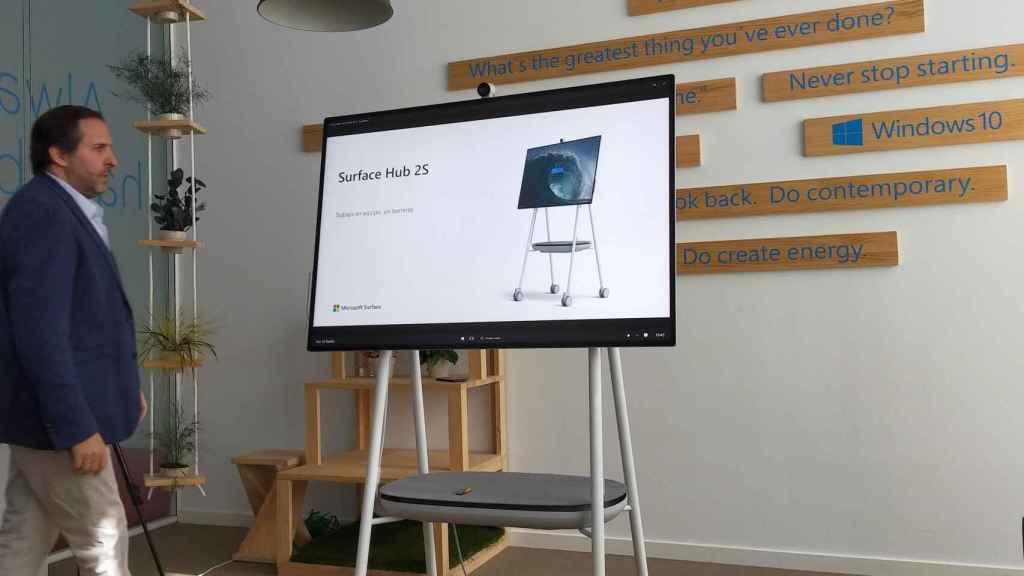 Antonio Cruz con la Surface Hub 2S