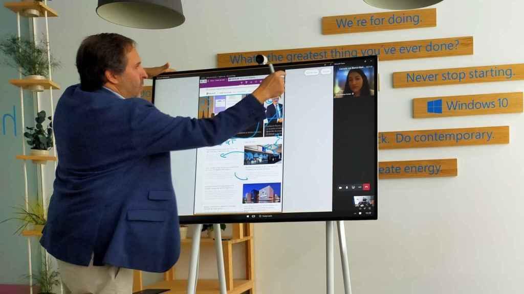 Antonio Cruz con Surface Hub 2S