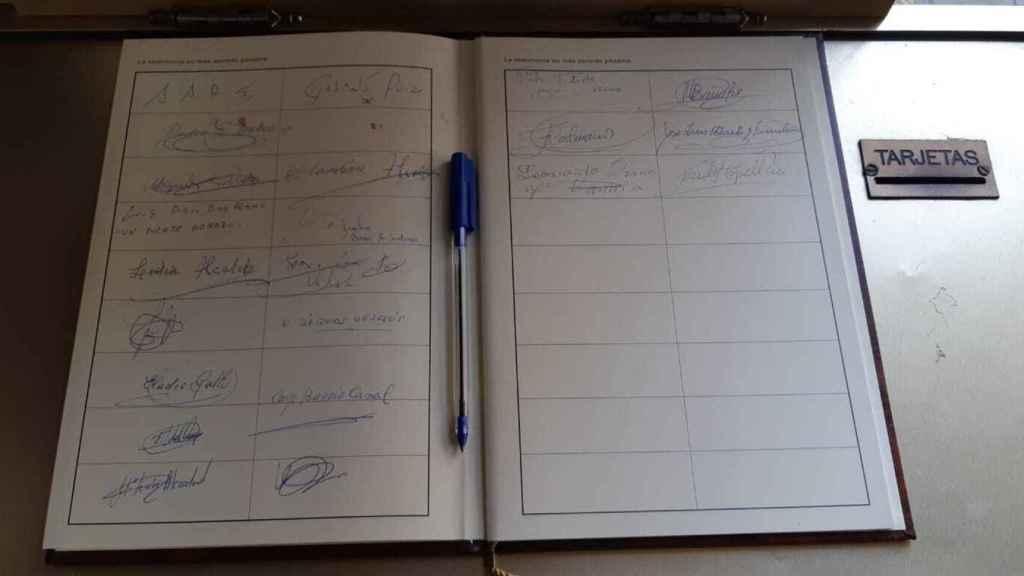 Libro de condolencias en la plaza del Ayuntamiento de Haro.