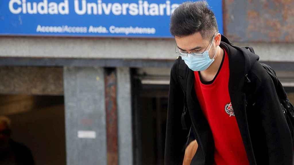 Un joven con mascarilla en la estación de metro de Ciudad Universitaria, en Madrid. EFE/Juan Carlos Hidalgo.