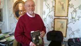 El escritor Juan Eslava Galán, con su último libro.