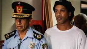 Ronaldinho, junto a un policía en Paraguay