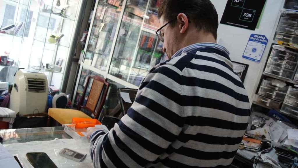 Abdul Rahim, en su tienda de Madrid, en la semana en que se cumplen 16 años de los atentados del 11-M.