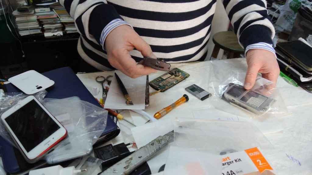 Abdul Rahim, trabajando en su tienda de reparaciones electrónicas.