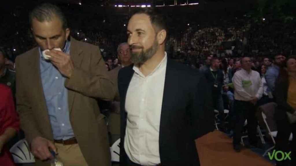 Santiago Abascal y Javier Ortega Smith, en Vistalegre, cuando el secretario general de Vox ya mostraba síntomas.