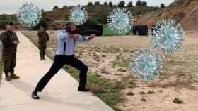 Montaje de Javier Ortega Smith disparando y rodeado de virus gigantes.
