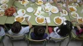 Los niños, en el comedor del colegio.