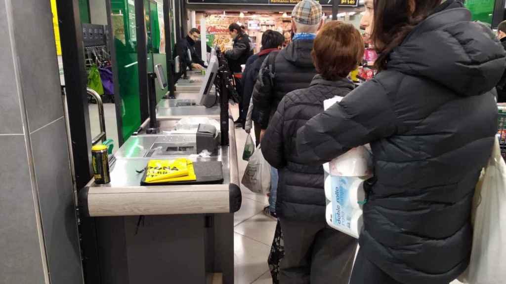 Muchos madrileños hacen cola para llevarse papel higiénico y otros productos de Mercadona.