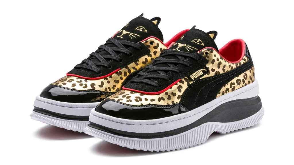 Modelo en charol, leopardo y costura roja en zig zag.