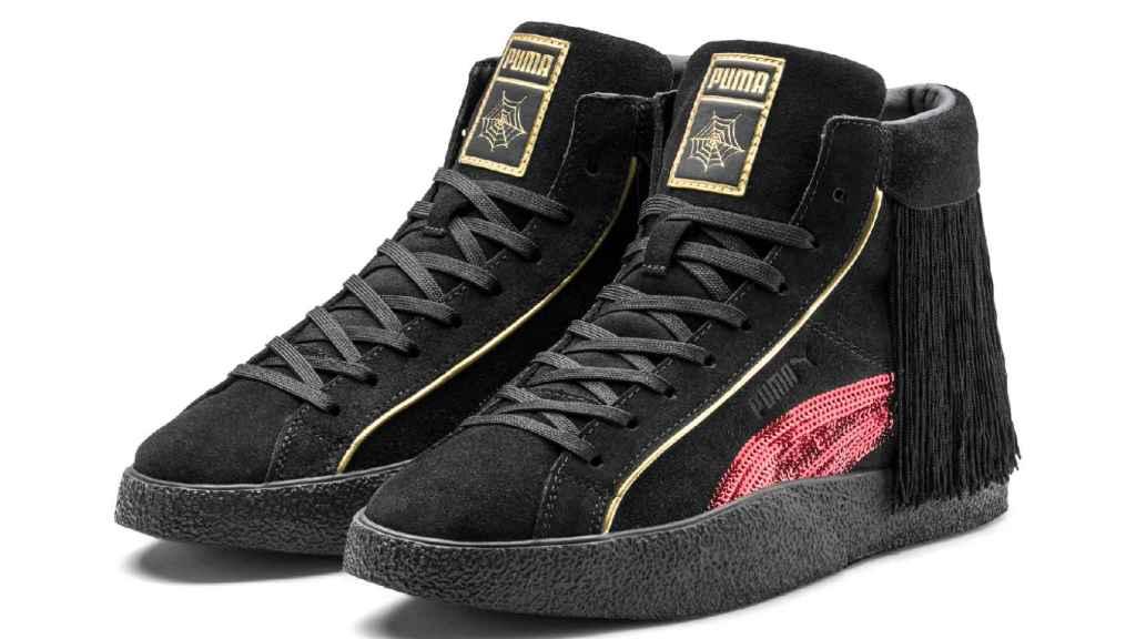 Zapatillas de bota con flecos y detalles de lentejuelas.