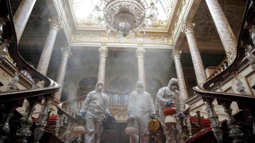 Un equipo desinfecta el Palacio de Dolmabahce