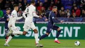 Neymar, rodeado por varios jugadores del Olympique de Lyon en un partido con el PSG