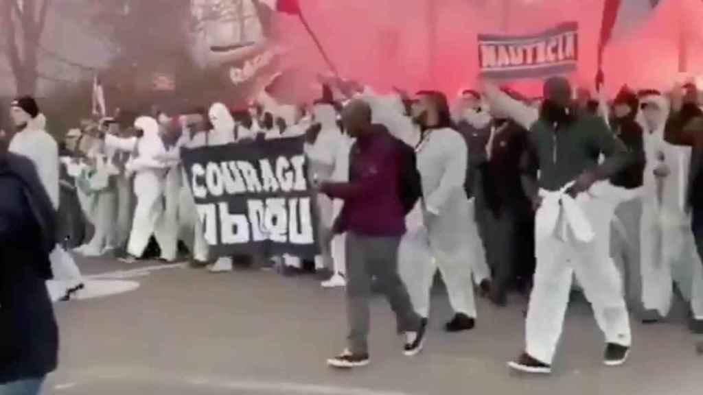 Los ultras del PSG se concentran en París para animar al equipo con 'trajes antivirus'