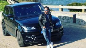 David Bustamante, en su coche Land Rover.
