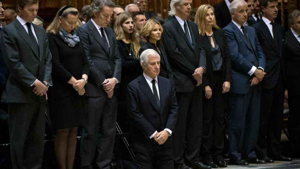 Los hijos de la duquesa de Alba en su funeral. El actual duque de Alba, arrodillado.