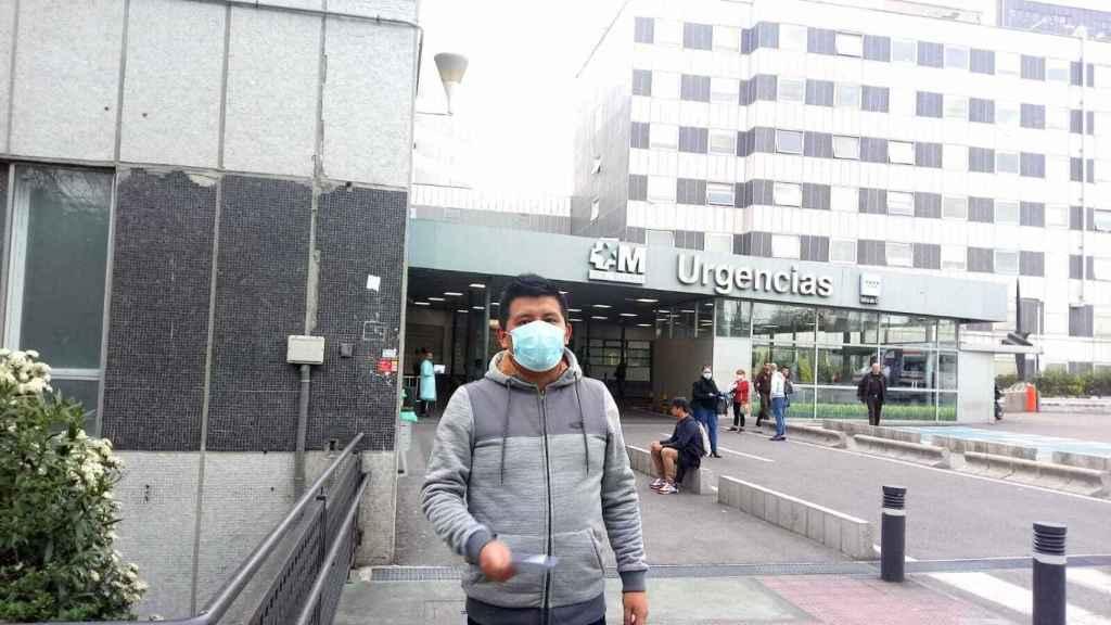 Ricardo a la salida del pabellón de Urgencias de La Paz.
