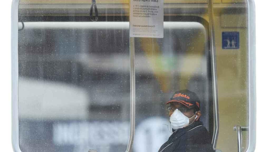 Un pasajero con una máscara en un tranvía en Milán.