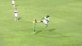 La salvaje entrada de Emmanuel Adebayor a un futbolista de Defensa y Justicia en la Libertadores