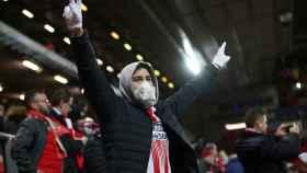 Aficionado con mascarilla en Anfield durante el Liverpool - Atlético de Madrid de la Champions League