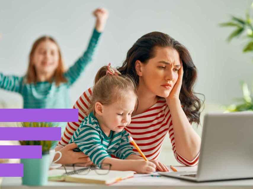 Una mujer trabajando y estudiando con sus hijas.