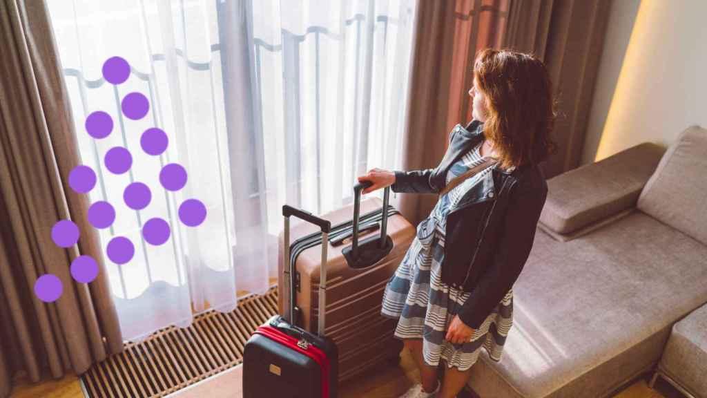 Una mujer en un piso de alquiler de vacaciones.