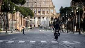 Un repartidor de comida en una calle vacía de Roma este jueves