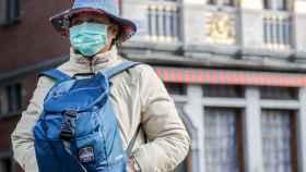 Una mujer con mascarilla en el centro de Bruselas
