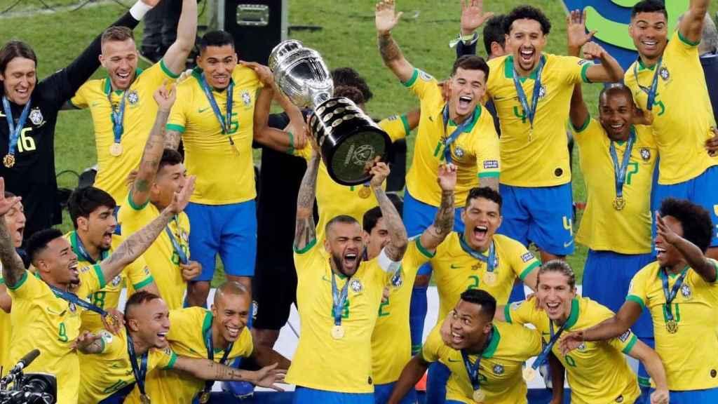 La selección brasileña levantando la Copa América