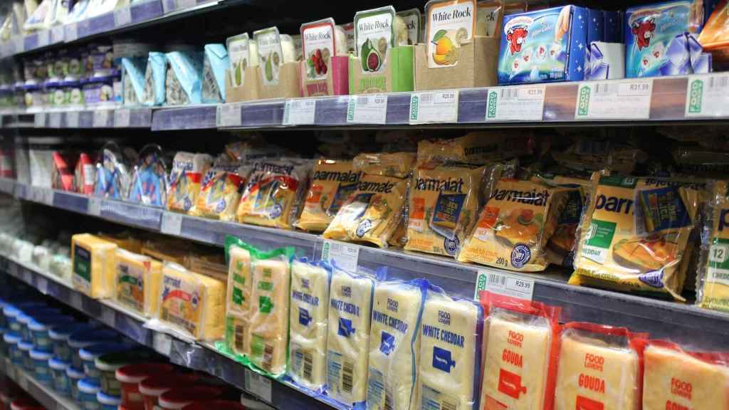 La sección de lácteos de un supermercado.