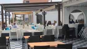 Turistas madrileños disfrutando este viernes de una comida en un chiringuito en primera línea de playa en La Manga el pasado mes de marzo.