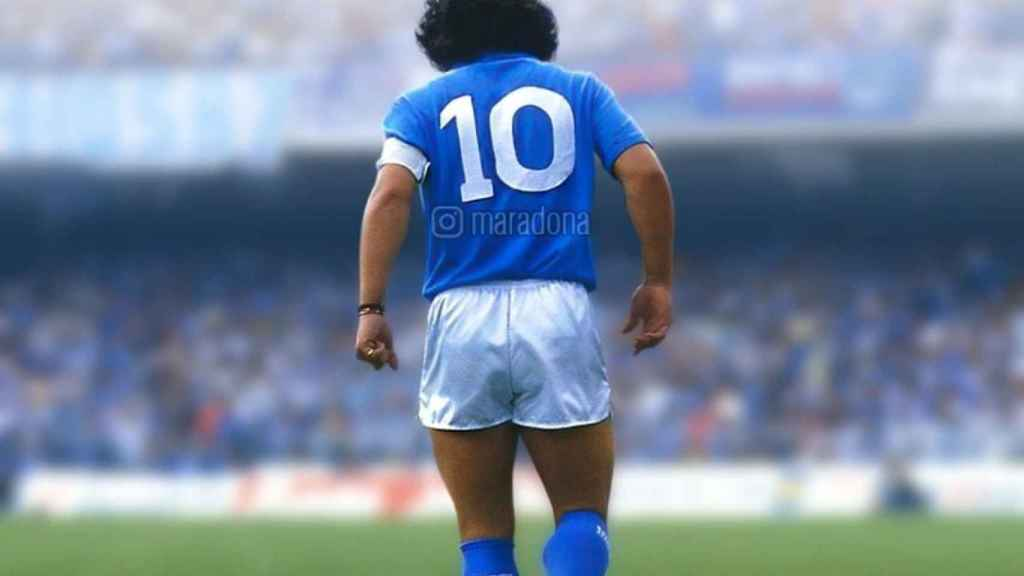 Diego Maradona vistiendo los colores del Nápoles