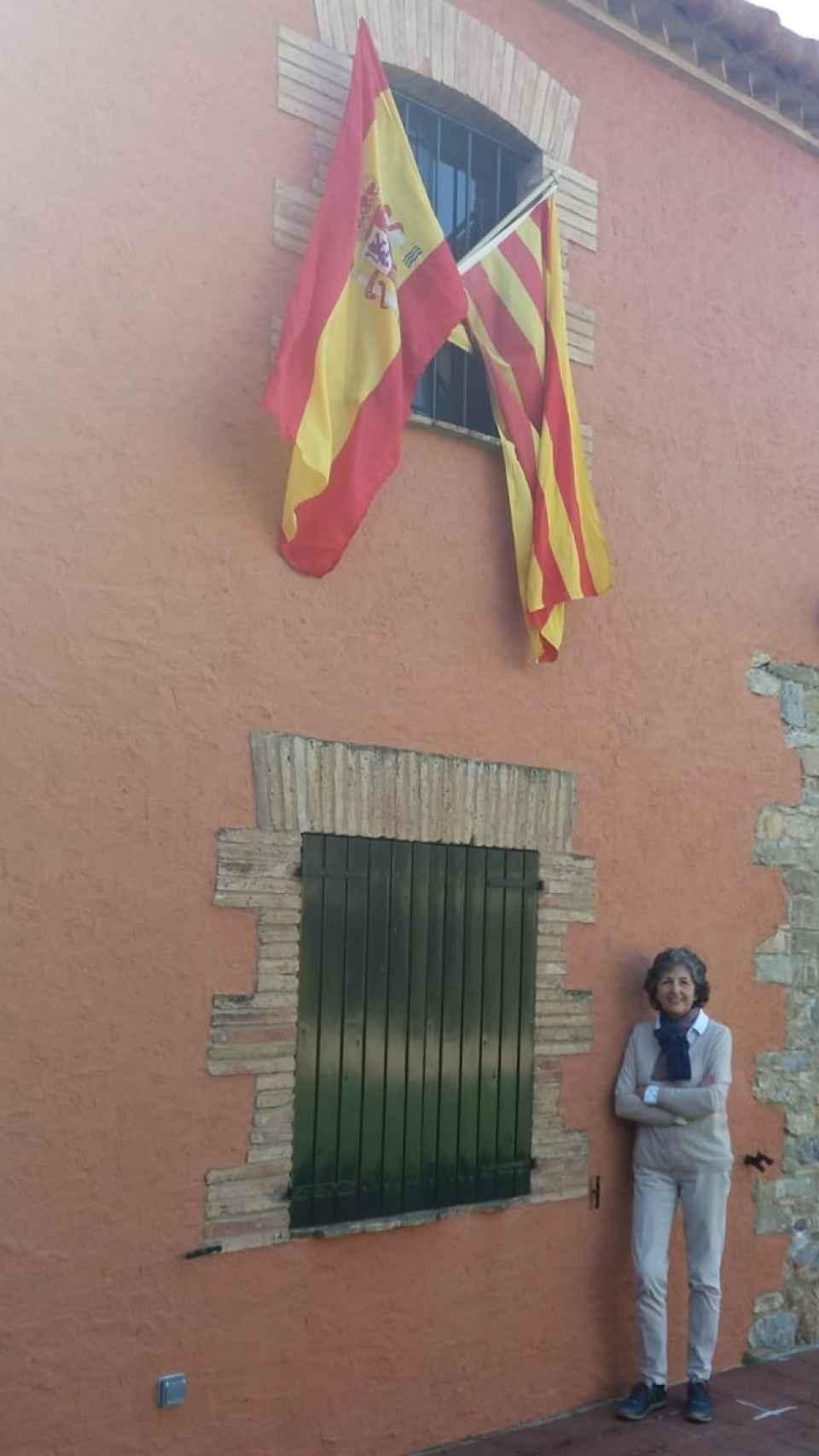 Elda Mata con las banderas en su casa.