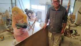 El artista fallero José Manuel Mora en su taller de Manises (Valencia), rodeado de 'ninots'.