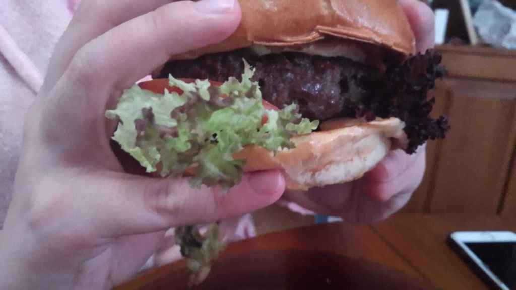 Nos comemos la hamburguesa de vaca.