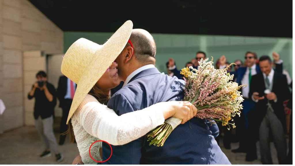 María, abrazada de su amigo, el día de su matrimonio con Antonio.