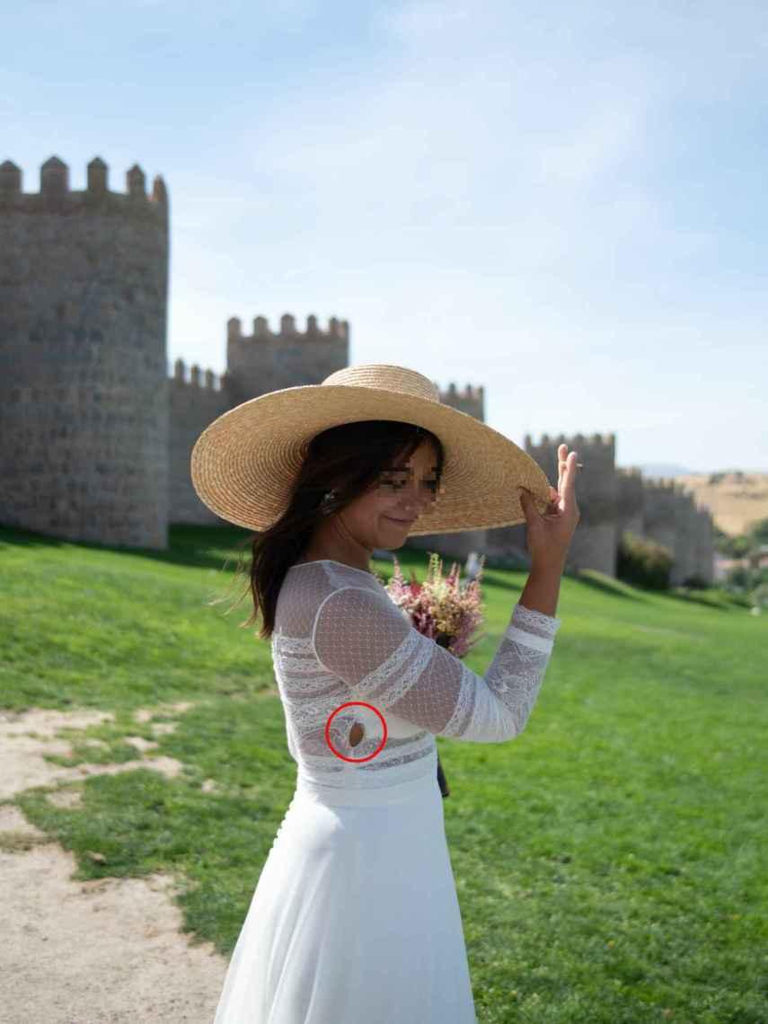 La novia María, en la sesión de fotos el día de la boda. De fondo, la muralla de Ávila.