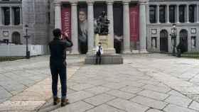 Un turista se fotografía delante del Museo del Prado, cerrado por el coronavirus.