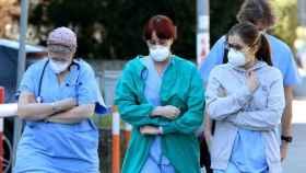 Personal médico saliendo de un centro hospitalario.