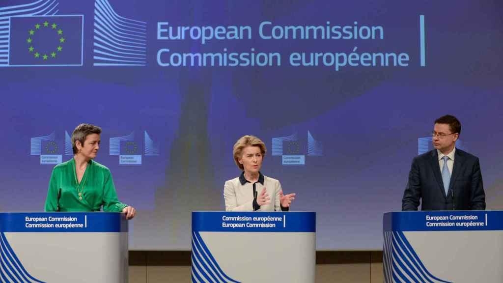 Margrethe Vestager, Ursula von der Leyen y Valdis Dombrovskis, durante la rueda de prensa del coronavirus