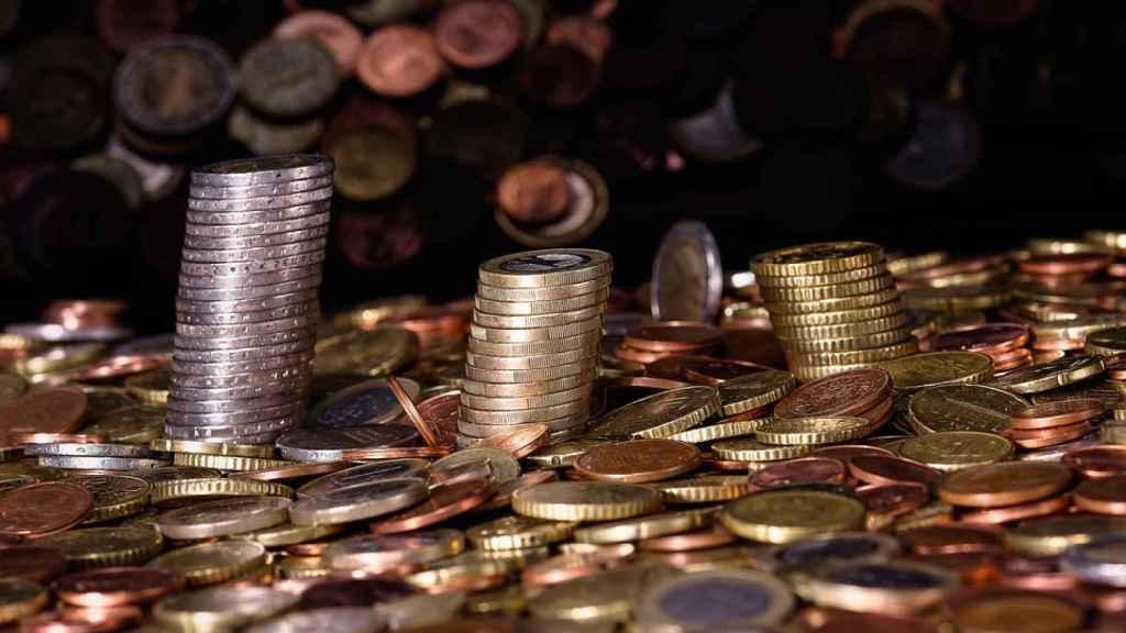 Monedas apiladas en una imagen de archivo.