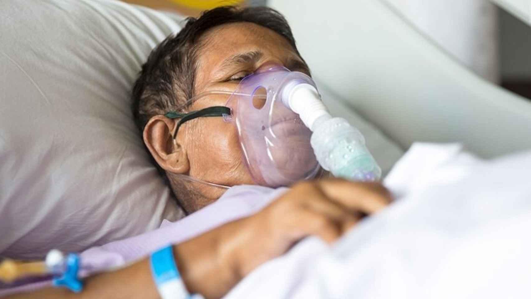 Hombre conectado a un respirador