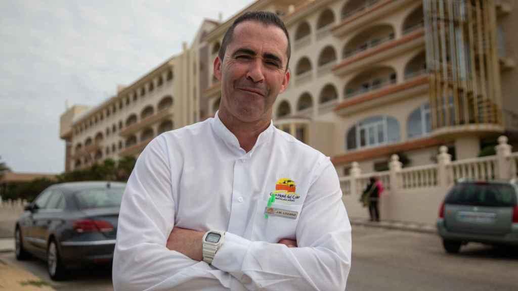 Juan Manuel Lozano, es camarero con contrato fijo discontinuo en el Gran Hotel del Coto.